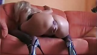 Squirting mature gets her ass fucked